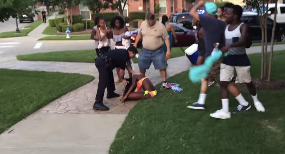 Un policier blanc braque des adolescents noirs non armés