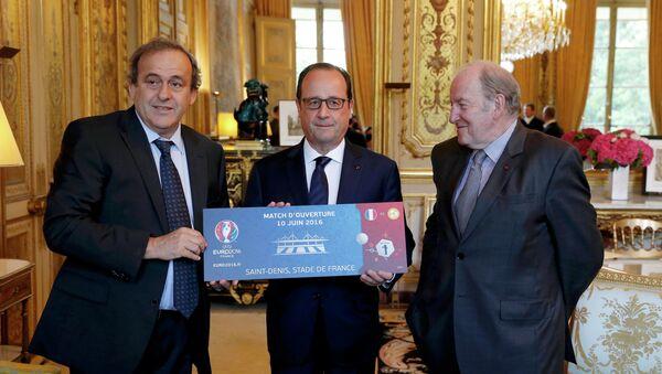 Michel Platini et Jacques Lambert offrent un billet symbolique à Francois Hollande - Sputnik France