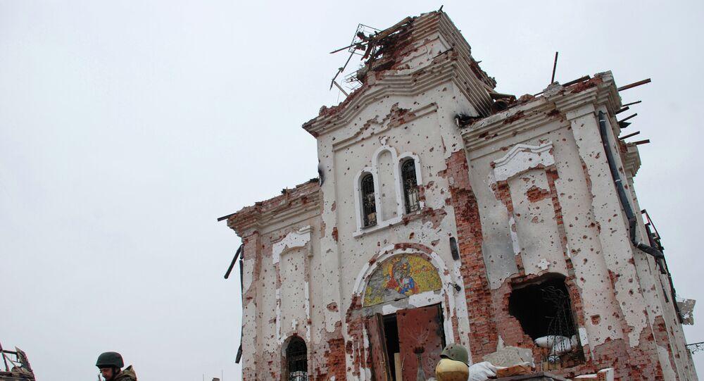 Milicien devant une église de Donetsk endommagée par les tires (archives)