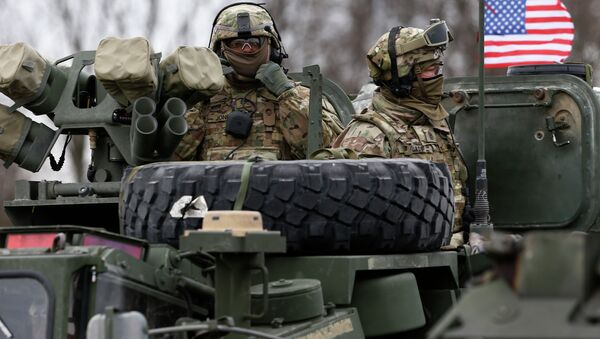 Members of US Army's 2nd Cavalry Regiment ride on an armored vehicle - Sputnik France
