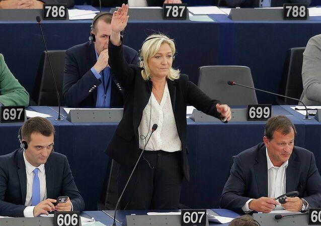 Marine Le Pen (au centre)