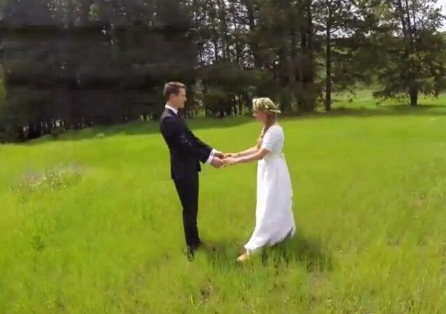 Des jeunes mariés filmés par un drone