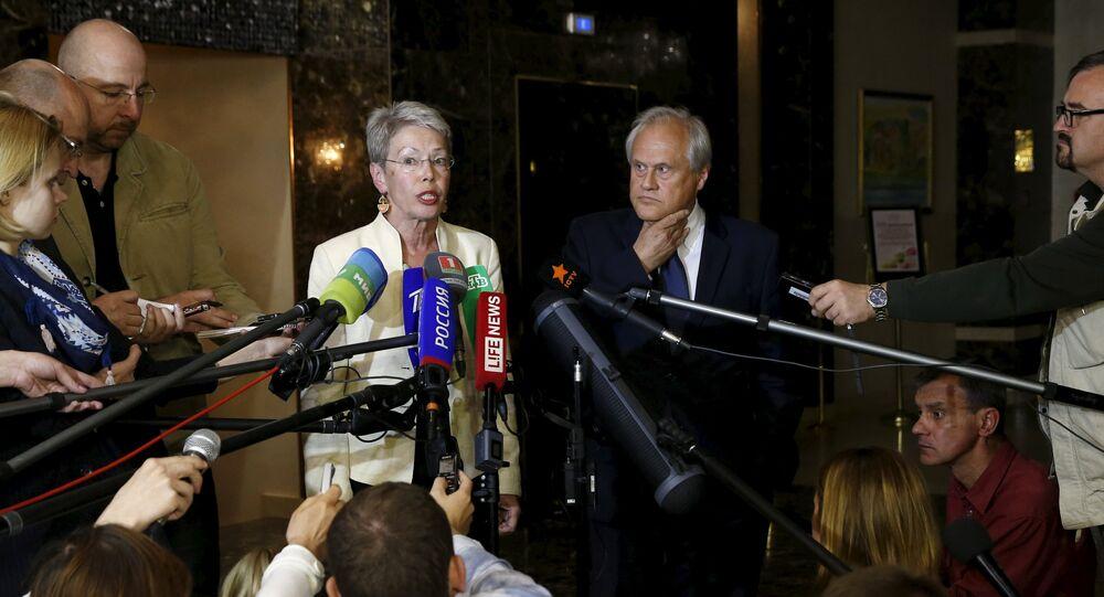 Heidi Tagliavini (centre  G) et le nouveau représentant de l'OSCE, Martin Sajdik (centre  D), Juin 23, 2015.