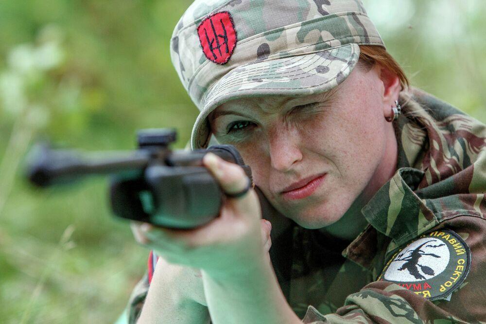 Un soldat féminin de Secteur droit lors des manœuvres aux alentours de la ville de Khoust (oblast de Transcarpatie)