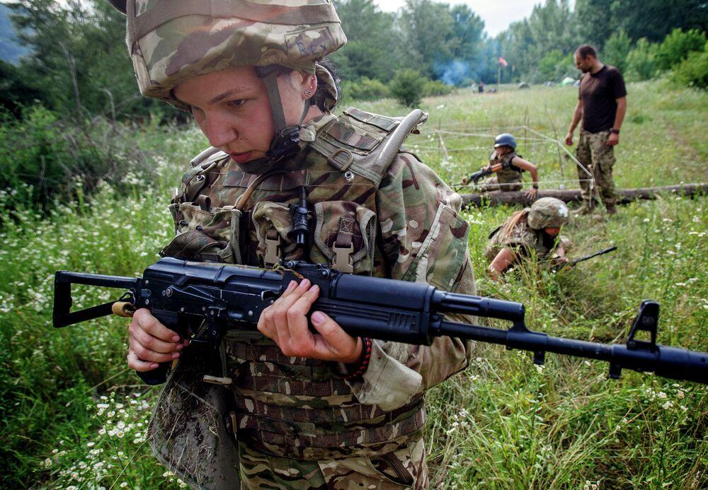 Un soldat femme  de Secteur droit lors des manœuvres dans l'ouest de l'Ukraine