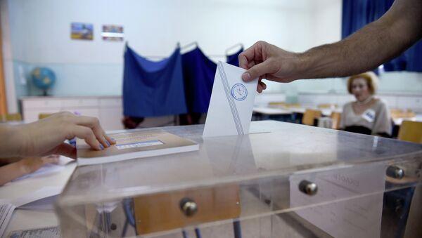 A man casts his vote at a polling station in the northern Greek port city of Thessaloniki, Sunday, July 5, 2015 - Sputnik France