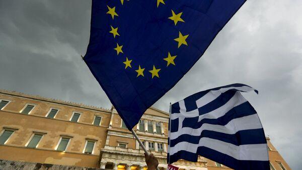 Les drapeaux de la Grèce et de l'UE - Sputnik France