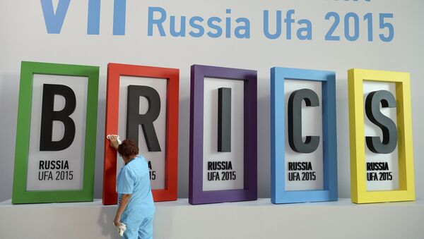 An employee cleans a board during the preparations for the BRICS summit in Ufa, Russia, July 7, 2015. - Sputnik France