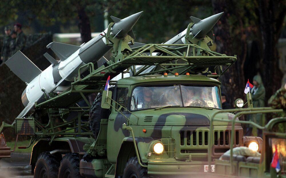 Un système de missiles sol-air S-125