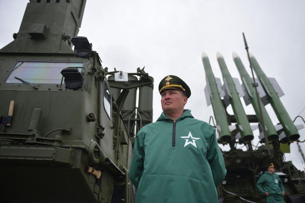 Un système de missiles sol-air S-300 Favorit