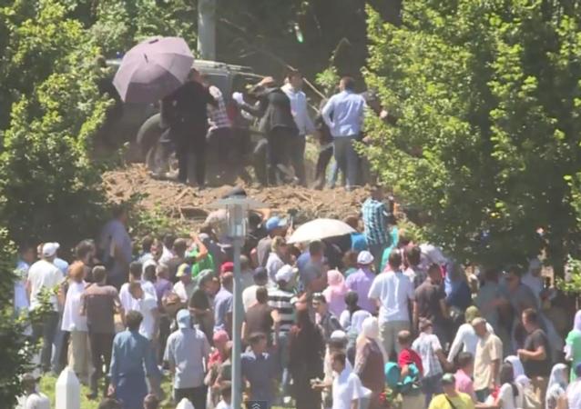 Srebrenica: le Premier ministre serbe hué et contraint de partir