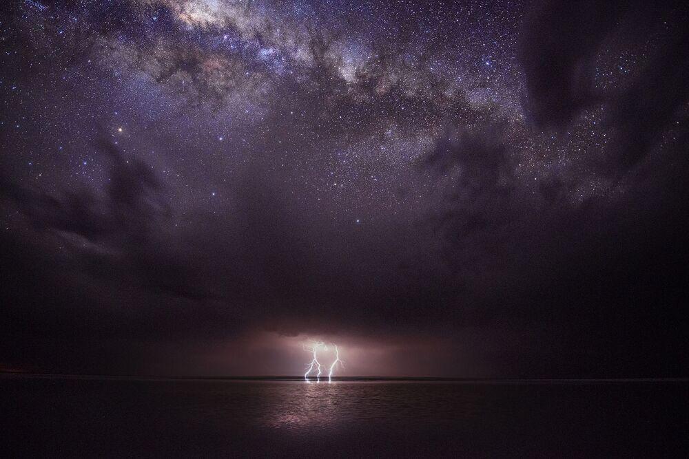Un éclair au-dessus du lac Eyre sur fond de Voie lactée. Parc national du lac Eyre, Australie