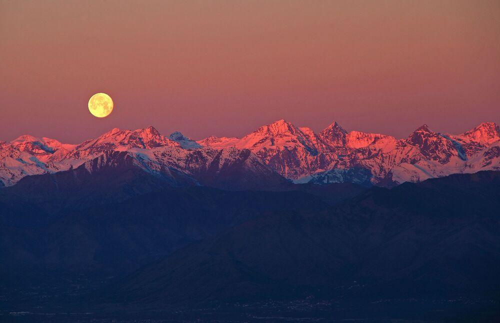 La pleine Lune au-dessus des Alpes. Colline de Superga, Turin, Italie