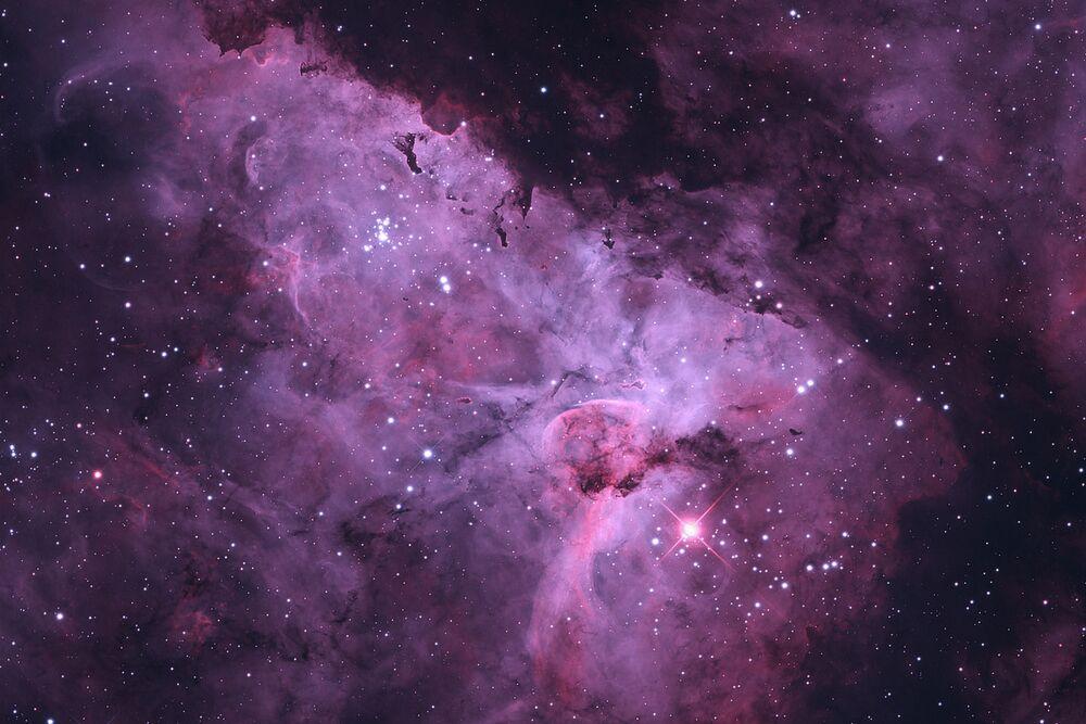 La nébuleuse de la Carène est la plus grande nébuleuse diffuse, quatre fois plus grande que la nébuleuse d'Orion