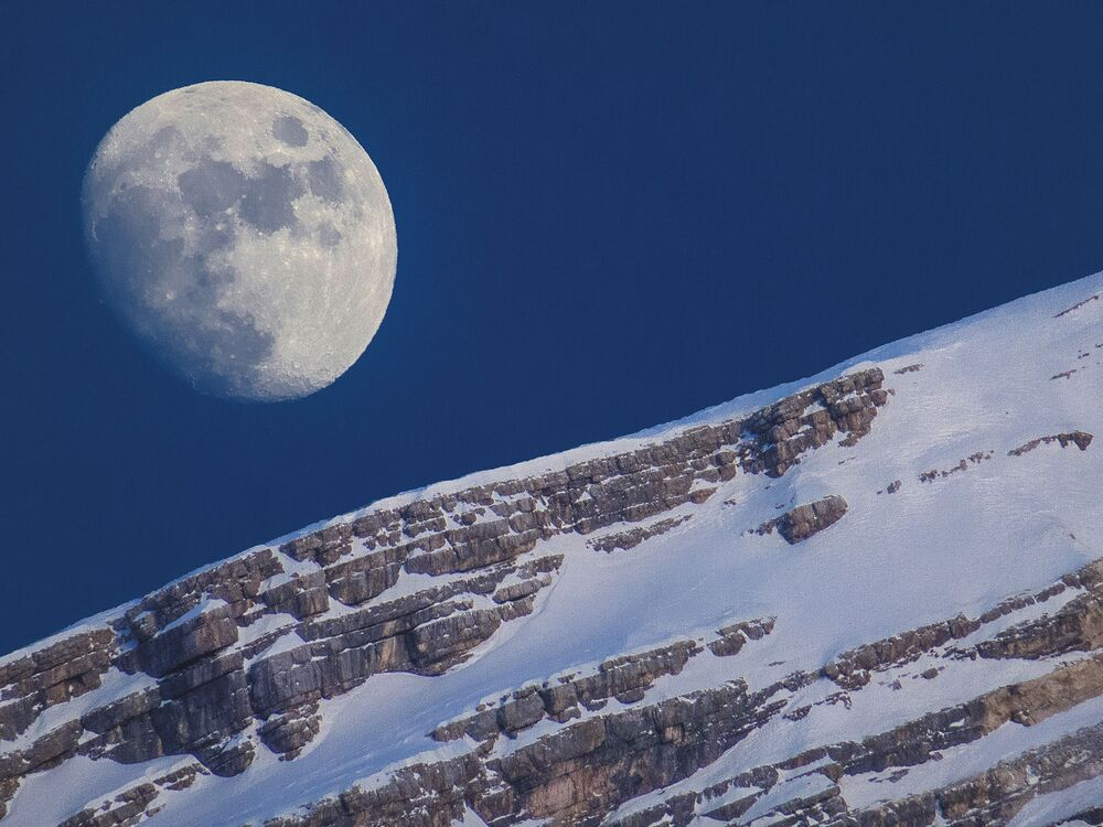 La Lune au-dessus du mont Antelao à San Vito di Cadore, Italie