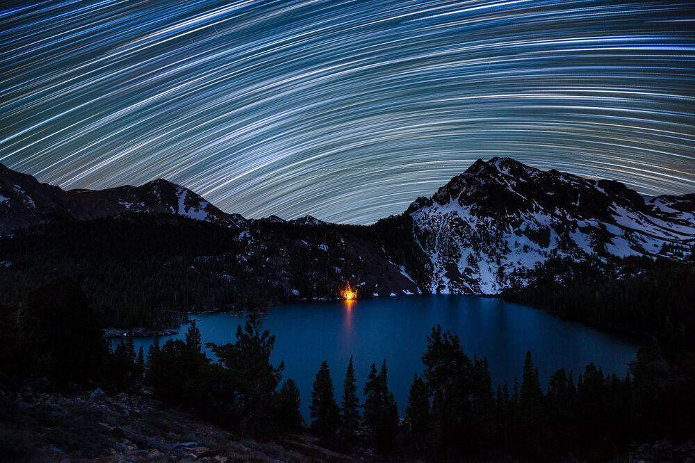 Des traînées stellaires au-dessus du Green Lake en Californie, USA