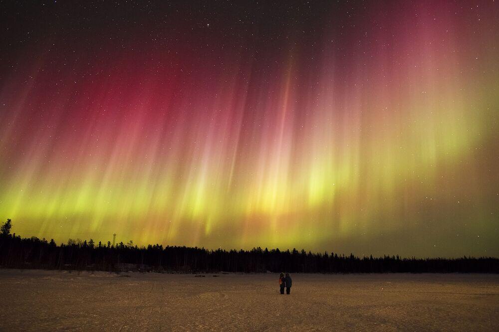 Une très rare aurore boréale rouge au-dessus de Yellowknife, Canada