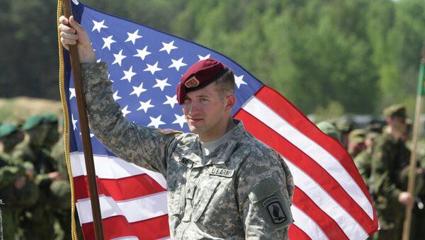 Un soldat de l'armée US avec un drapeau - Sputnik France