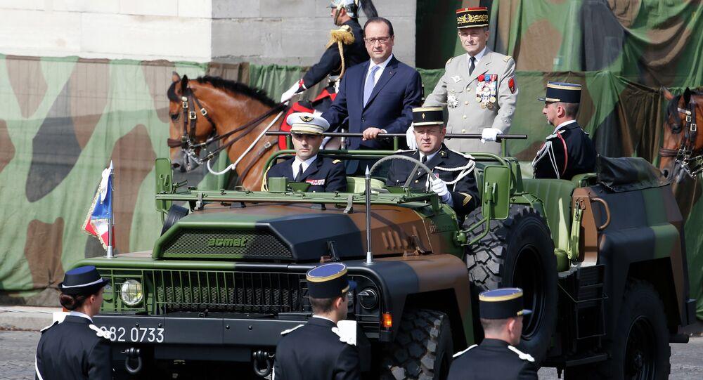 Francois Hollande (à gauche) lors du défilé militaire du 14 juillet à Paris