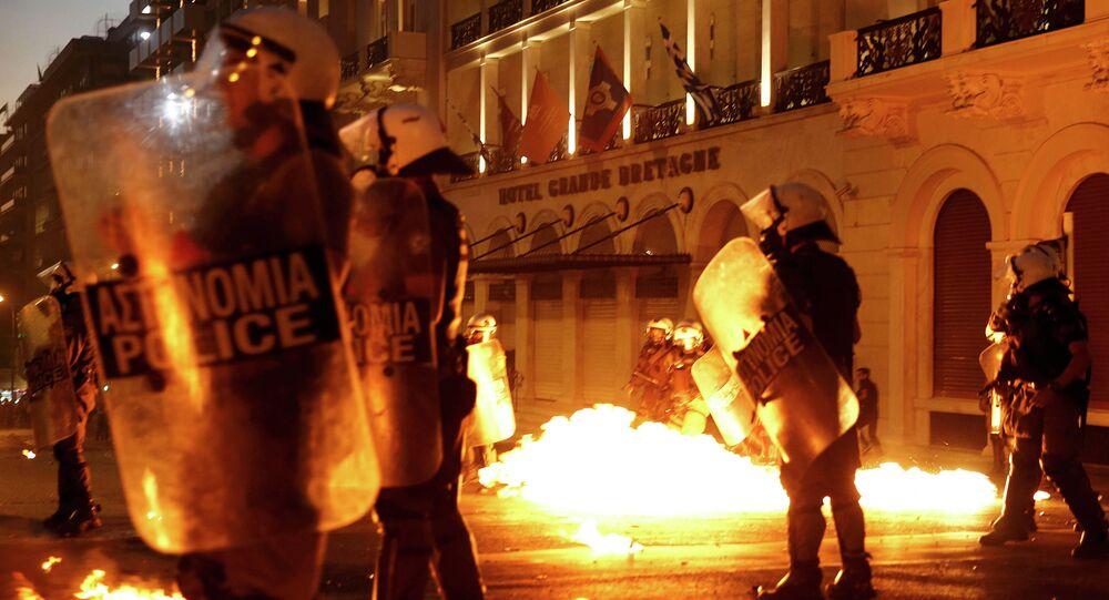Grèce: échauffourées sur la place Syntagma avant le début du vote au Parlement