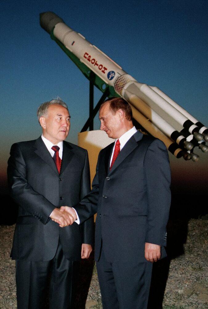 Les présidents kazakh et russe, Noursoultan Nazarbaïev et Vladimir Poutine, au cosmodrome de Baïkonour, au Kazakhstan, à l'issue du lancement du satellite de télécommunications kazakh KazSat