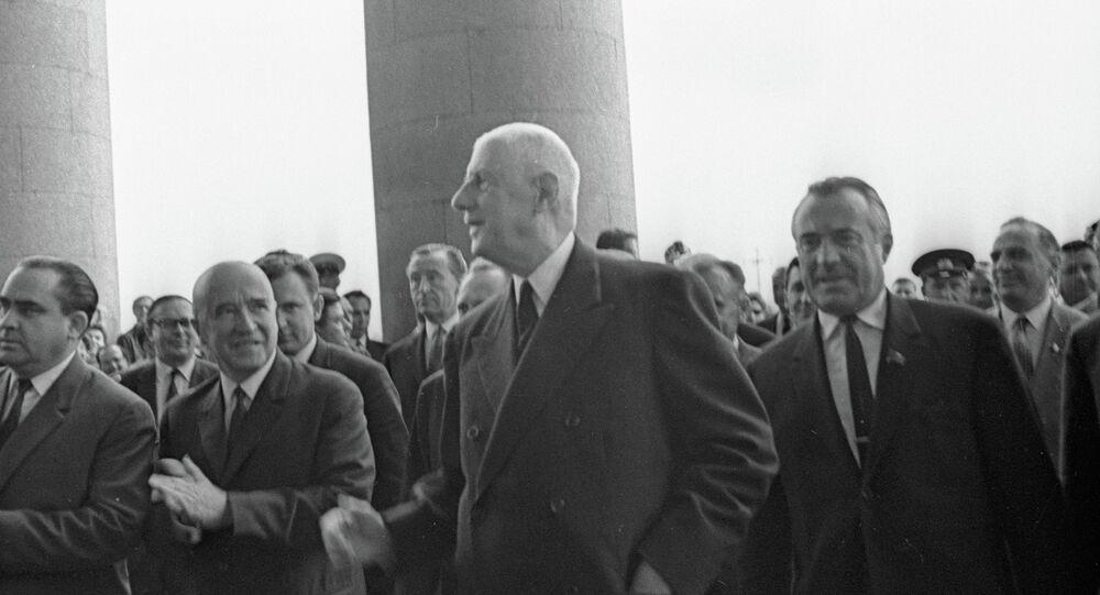 Charles de Gaulle (au centre) en visite à Moscou