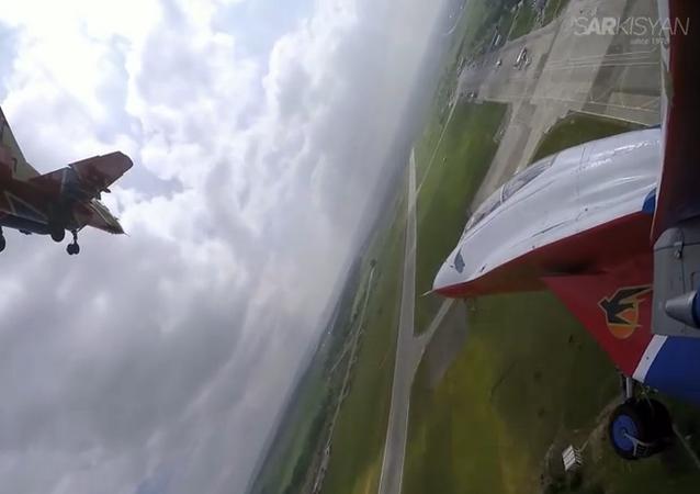 Un vol de voltigeurs aériens russes filmé par un pilote professionnel