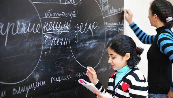 Девочки отвечают у доски на уроке русского языка - Sputnik France