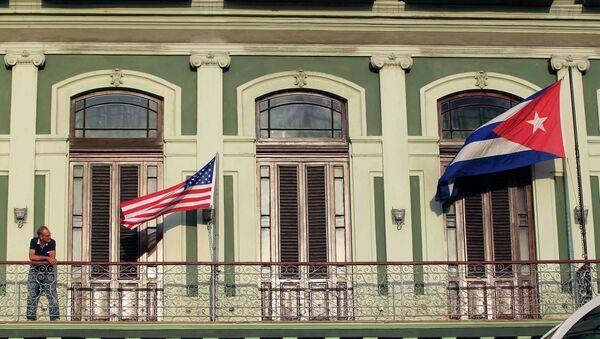Флаги США и Кубы на балконе отеля, где остановилась американская делегация конгрессменов - Sputnik France