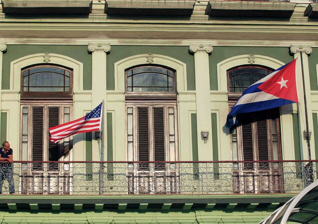 Drapeaux américain et cubain sur la façade d'un hôtel de La Havane