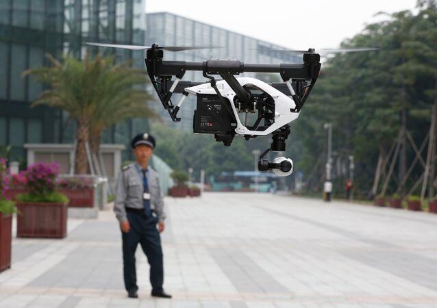 Un policier chinois suit les évolutions de son drone