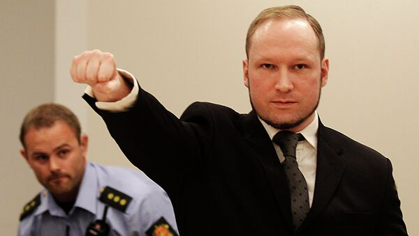 Anders Behring Breivik, makes a salute after arriving in the court room at a courthouse in Oslo - Sputnik France