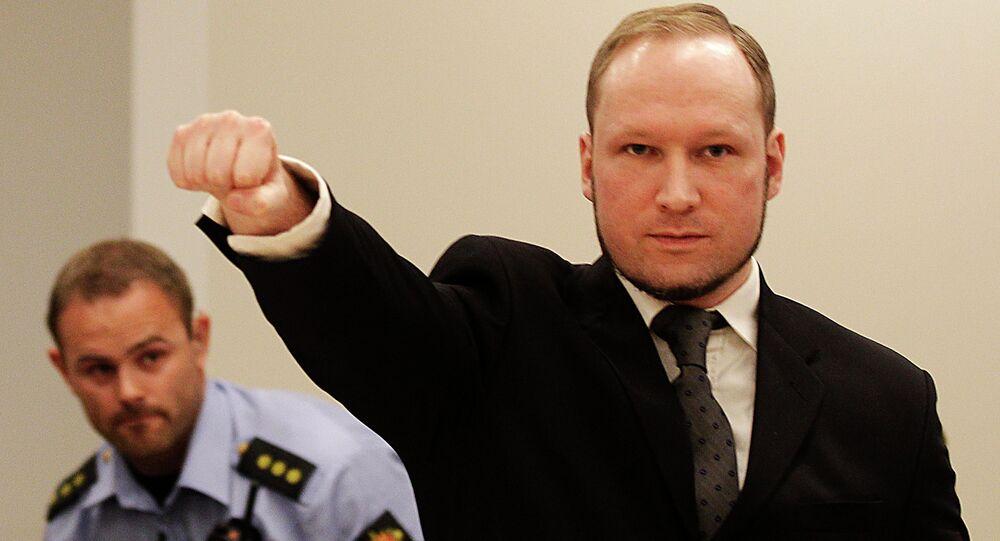 Anders Breivik faisant un salut nazi à son arrivée au tribunal d'Oslo, le 24 août 2012