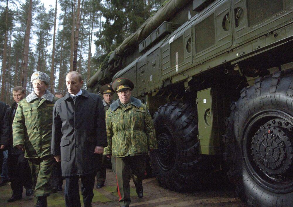 Le ministre russe de la Défense Serguei Ivanov, le président Vladimir Poutine et le commandant des Troupes de missiles stratégiques, le général Nikolai Solovtsov (de gauche à droite) inspectent en 2006 une unité des Troupes déployée à Ivanovo (200 km de Moscou)