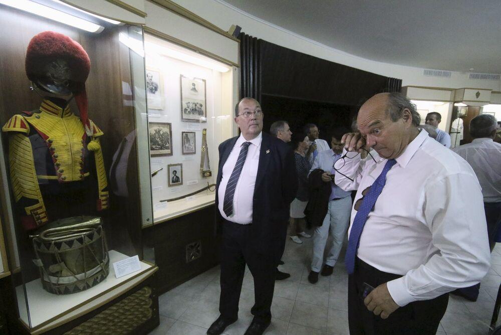 Les députés français Yves Pozzo di Borgo (à droite) et Jérôme Lambert au Musée de la défense de Sébastopol, en Crimée