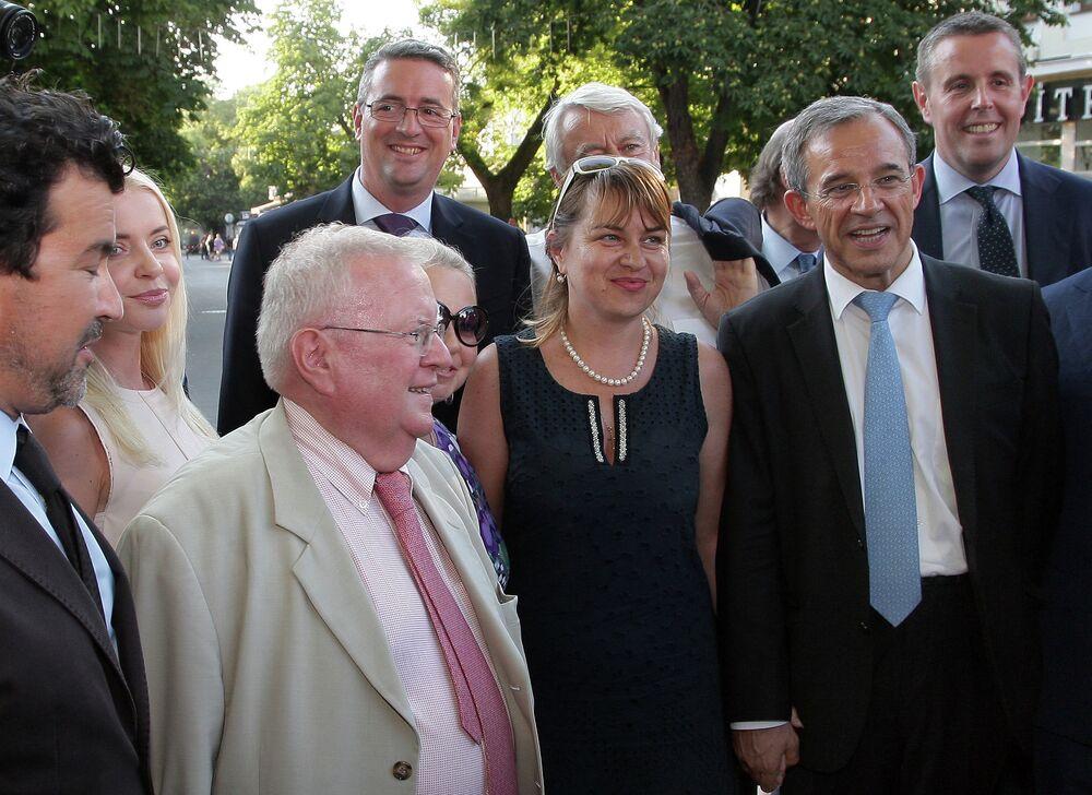 La délégation parlementaire française conduite par Thierry Mariani (deuxième à droite) lors d'une promenade à Simferopol