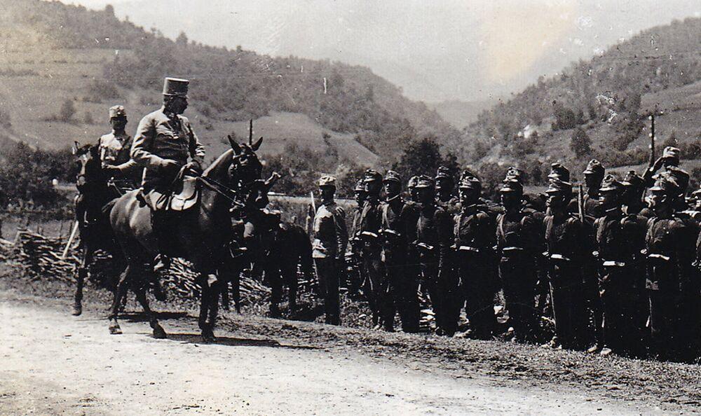 L'archiduc François-Ferdinand passe en revue les troupes à Sarajevo. Le 27 juin 1914