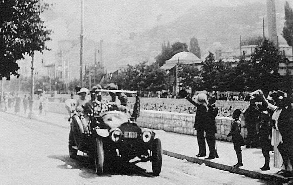 L'archiduc François-Ferdinand et son épouse Sophia en voiture dans une rue de Sarajevo, il ne leur reste que quelques minutes à vivre. Le 28 juillet 1914