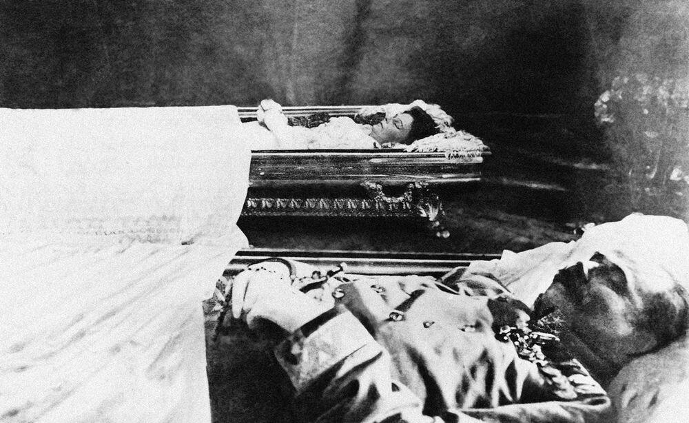 Les corps de l'archiduc François-Ferdinand et de son épouse Sophia exposés à la villa de Konak, à Sarajevo, avant d'être transférés à Vienne