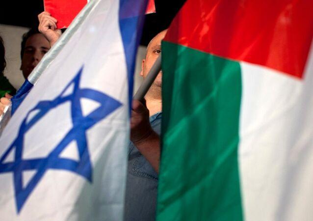 Les drapeaux palestinien et  israélien
