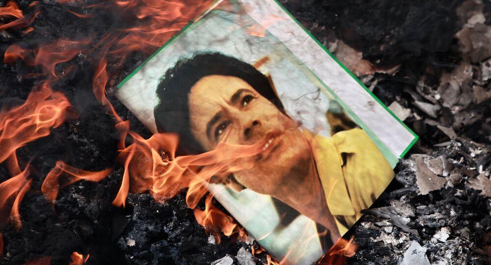 Portrait de Mouammar Kadhafi en flammes
