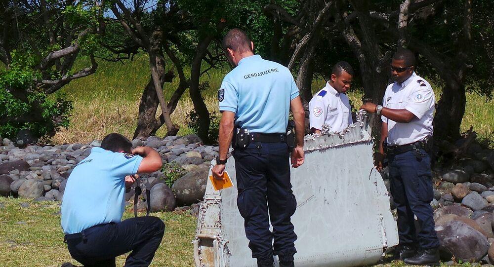 Des gendarmes français étudient le débris d'avion découvert à La Réunion