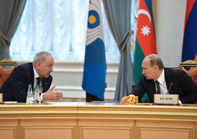 Vladimir Poutine et le président de la République de Moldavie Nicolae Timofti. Archive photo