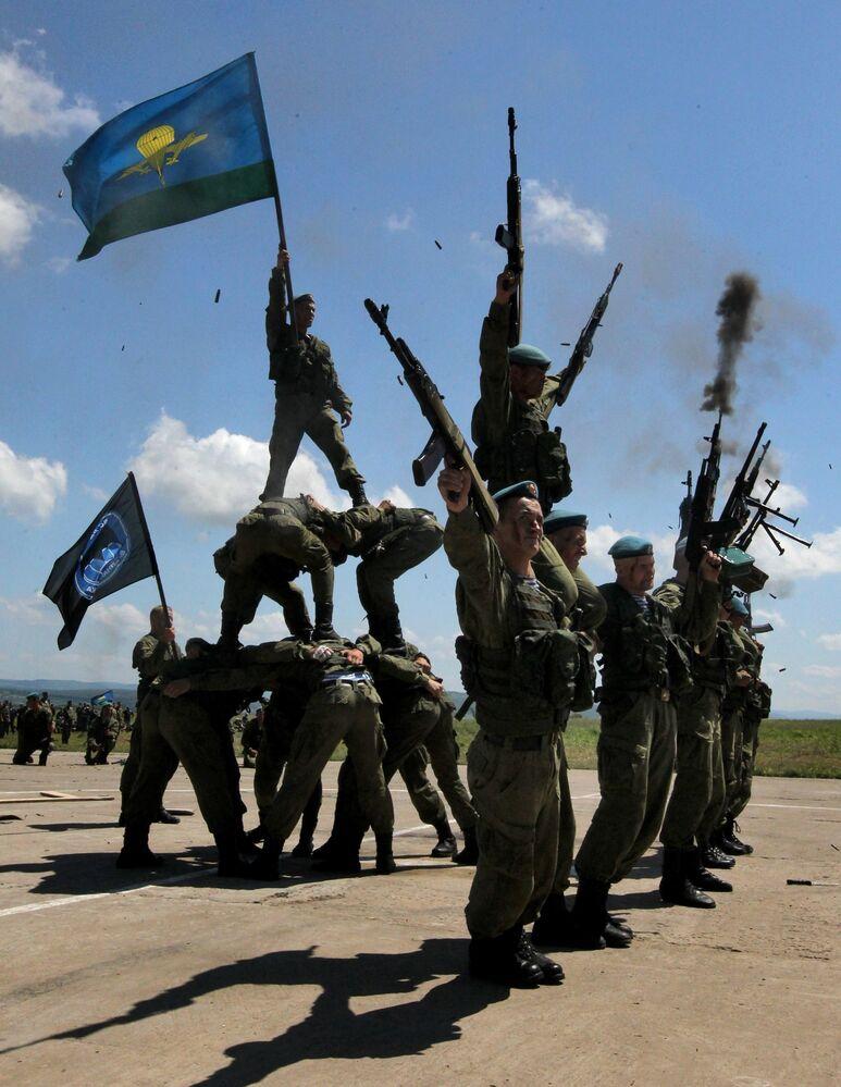 Un exercice des Troupes aéroportées lors de lors la fête donnée en leur honneur dans la banlieue de la ville d'Oussouriisk (Extrême-Orient russe)
