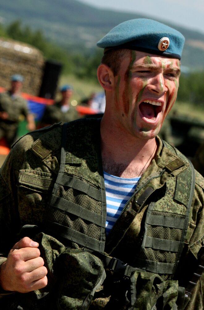 Un parachutiste lors des festivités à l'occasion du Jour des Troupes aéroportées dans la banlieue de la ville d'Oussouriisk (Extrême-Orient russe)