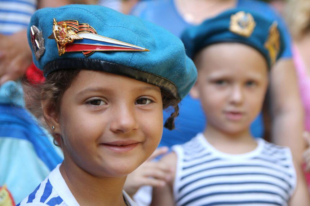 Des enfants fêtent le Jour des Troupes aéroportées à Simferopol, la capitale de la Crimée