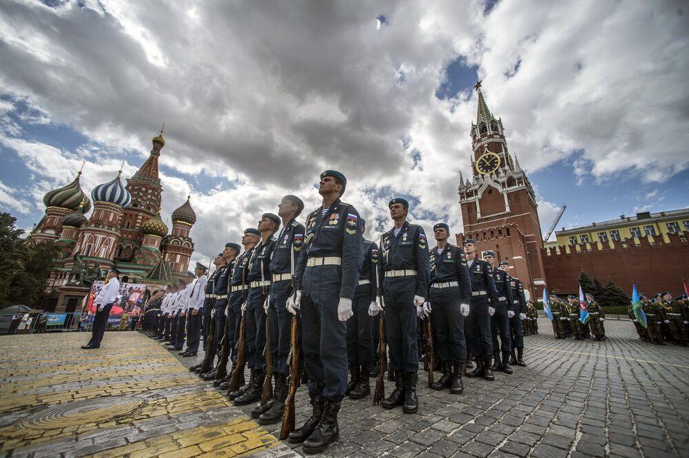 Le 85e anniversaire des Troupes aéroportées fêté sur la Place rouge
