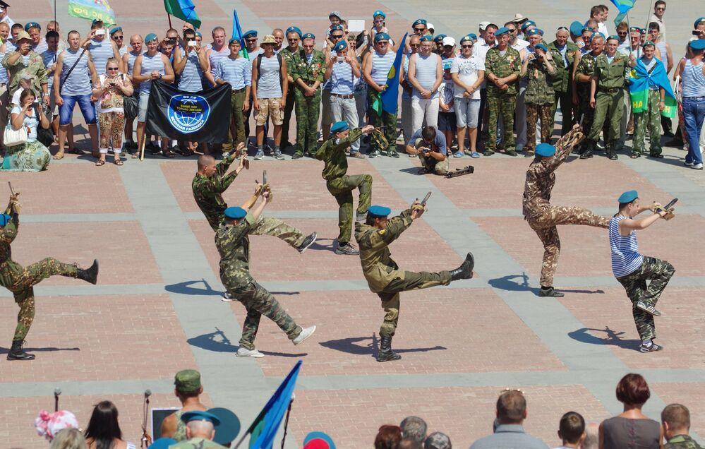 Exercices lors du Jour des Troupes aéroportées à Sébastopol