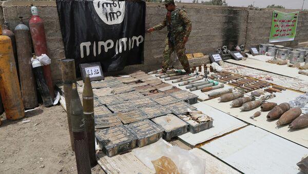 Les forces de sécurité irakiennes affichent un drapeau d`État islamique et des munitions confisquées - Sputnik France