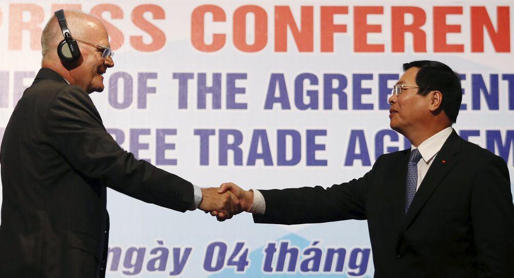 Vu Huy Hoang, ministre vietnamien de l'Industrie et du Commerce, et Franz Jessen, chef de la Délégation de l'UE au Vietnam, 4 août 2015